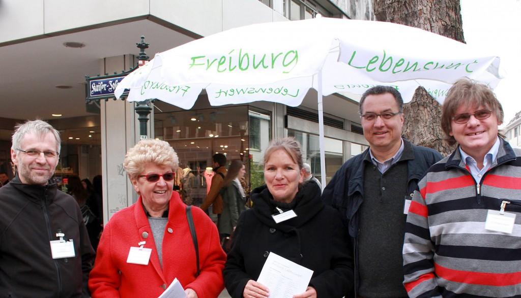 Kandidaten von Freiburg Lebenswert samstags am Info-Stand in der Kajo.