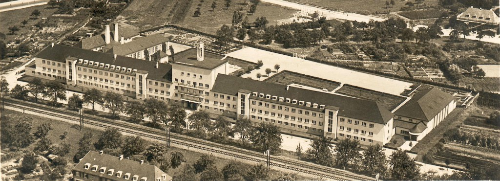 Des ehem. Eisenbahner-Weisenhaus und heutige Studenwohnheim in Herdern auf einer alten Postkarte