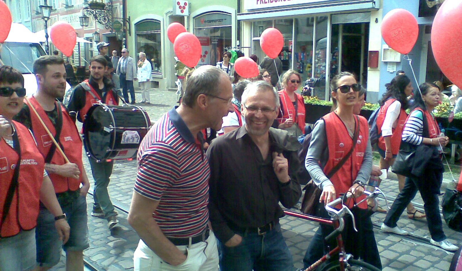 Die Stadträte von FL/FF, Prof. Rückauer und Dr. Winkler, auf der Demo für die Aufwertung der Sozial- und Plegeberufe am 8. Mai 2015 in Freiburg (Foto: W. Deppert)