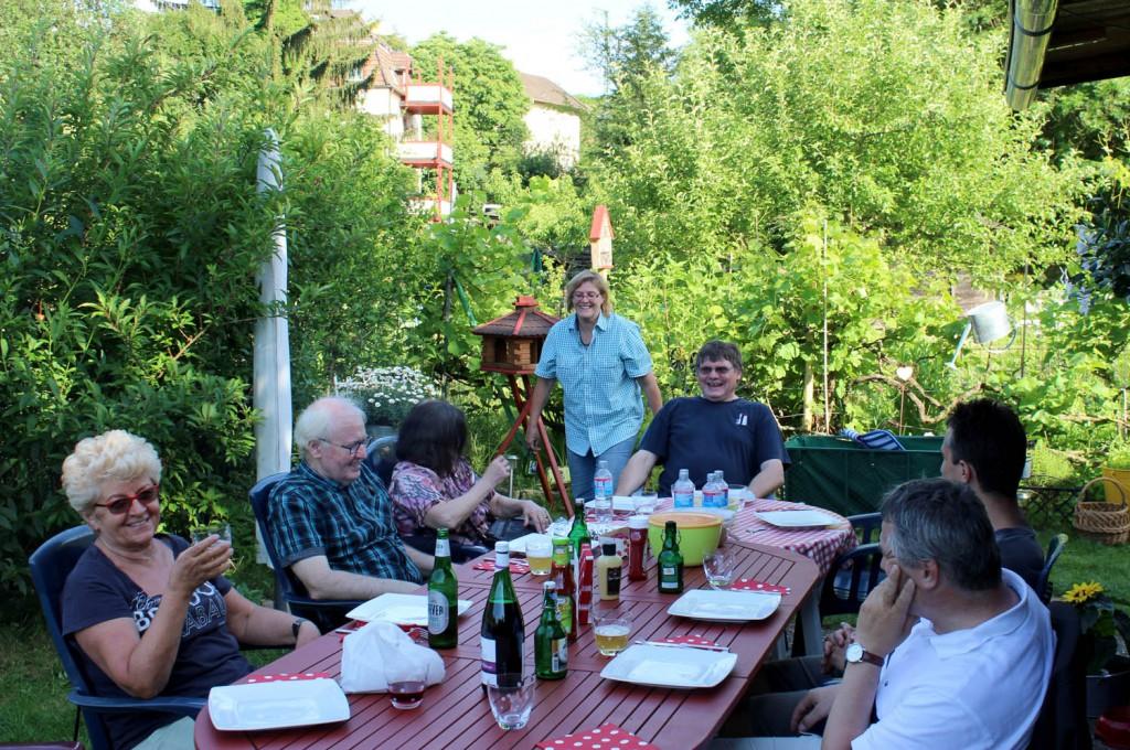 In geselliger Runde zum Grillen im Garten von Wolfgang und Christa Deppert.