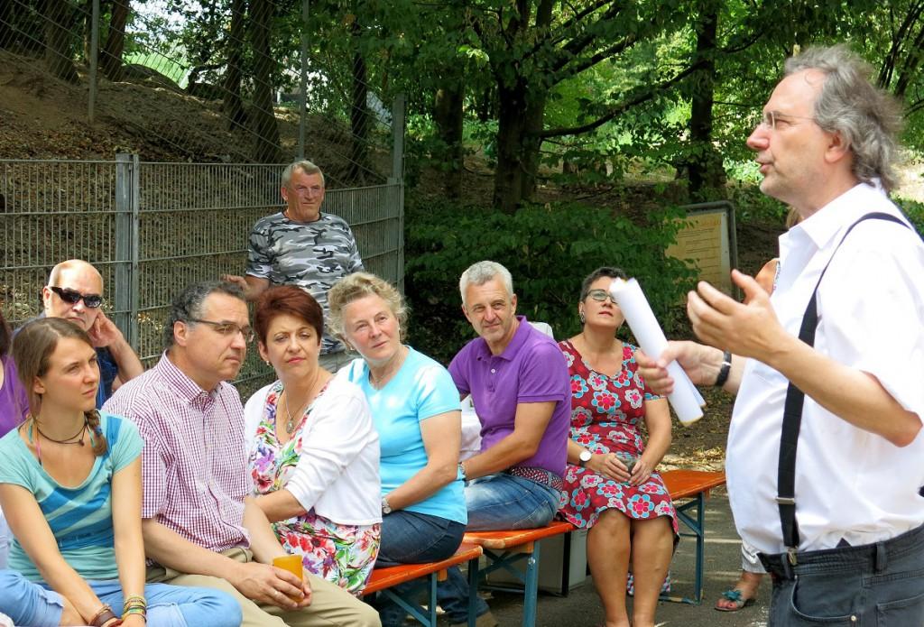 Konrad Braun erklärt anschaulich die Situation der Spielplätze vor Ort (Foto: Dr. W. Deppert)