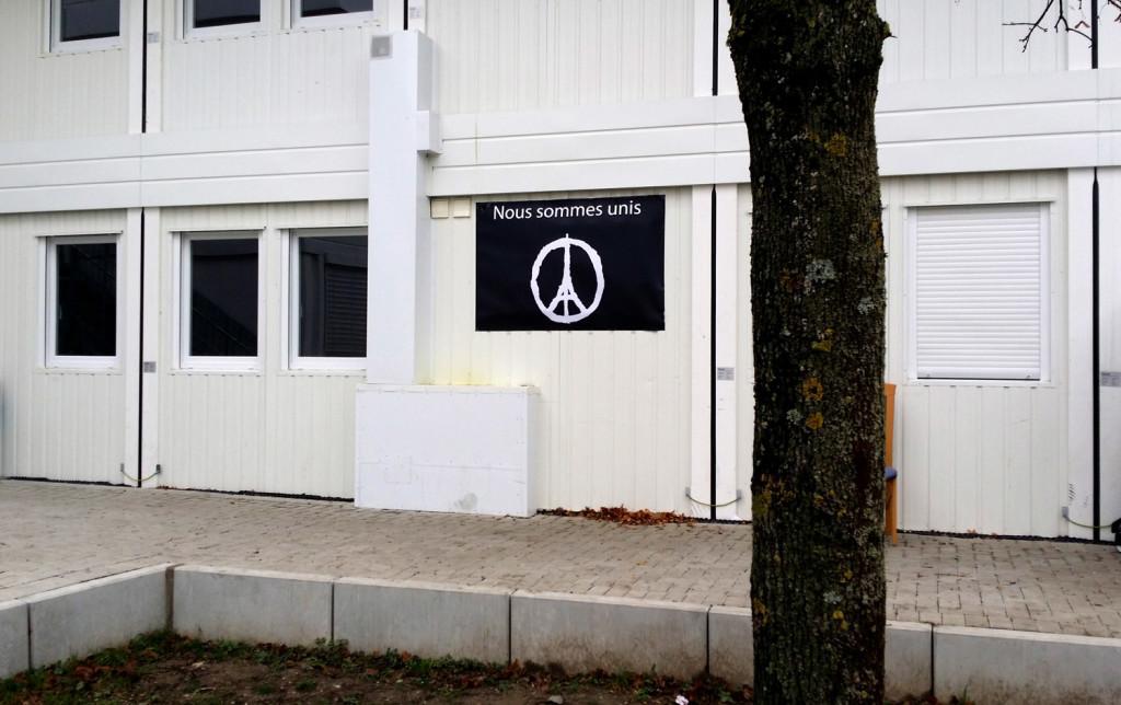 Die Container-Siedlung für Flüchtlinge in Weingarten - Nach den Anschlägen von Paris, mit Plakaten
