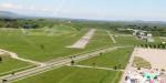 Die Start- und Landebahn des Flugplatzes Freiburg; davor die Madisonallee