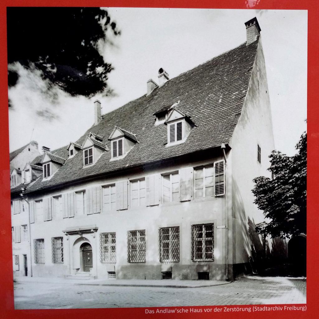 Fotografiert von einem Hinweisschild am Zaun in der Herrenstraße, vor dem Grundstück, wo das Andlawsche Palais einst stand.