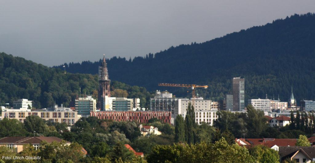 Der Bauwahn in Freiburg verdeckt nicht nur das Münster, sondern ignoriert auch die Gefahren einer Immobilienblase (Foto: U. Glaubitz)