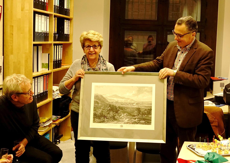 Gerlinde Schrempp erhält von FL einen Stich von Freiburg (Foto: Dr. W. Deppert)